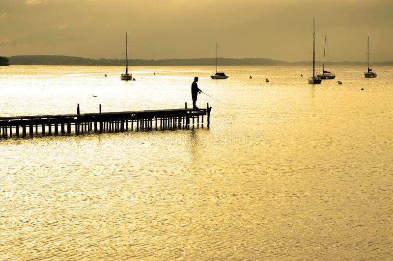 Dock flottant dans l'eau images stock