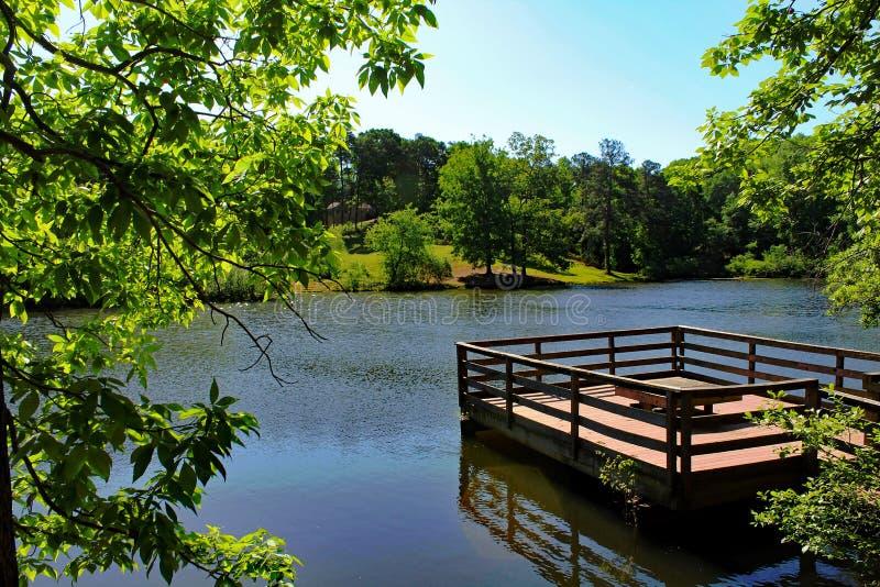 Dock flottant le printemps bleu de lac photos stock