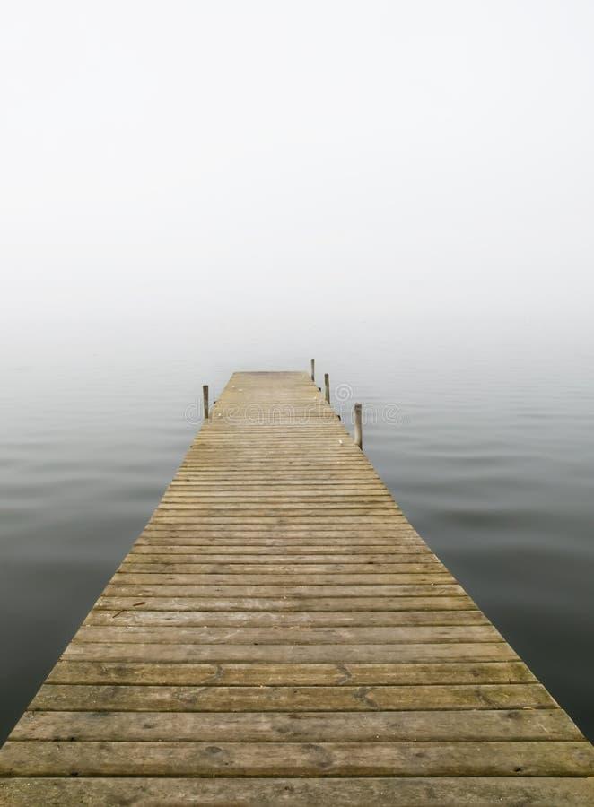 Dock im Nebel lizenzfreies stockbild