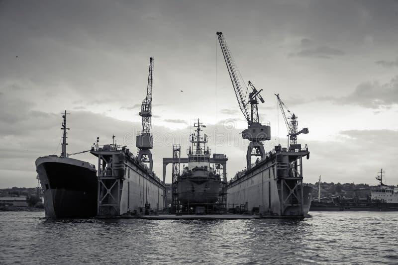 Dock sec de flottement avec le vieux bateau sous la réparation à l'intérieur images stock