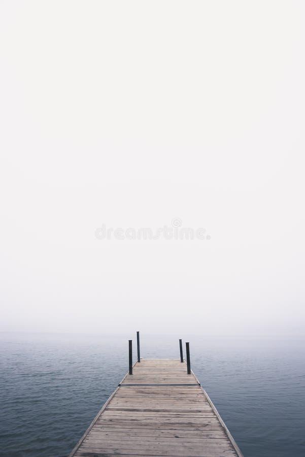 Dock am See im Nebel im Sommer lizenzfreie stockfotografie