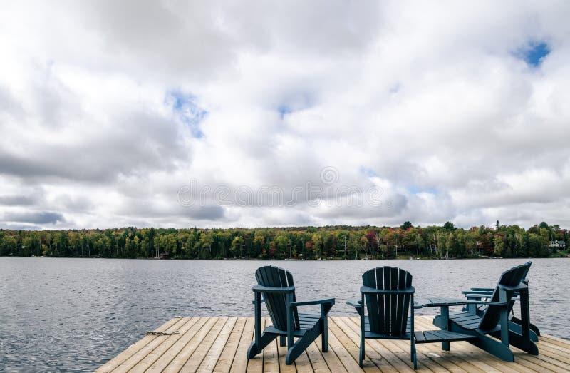Dock-Stühle lizenzfreie stockbilder