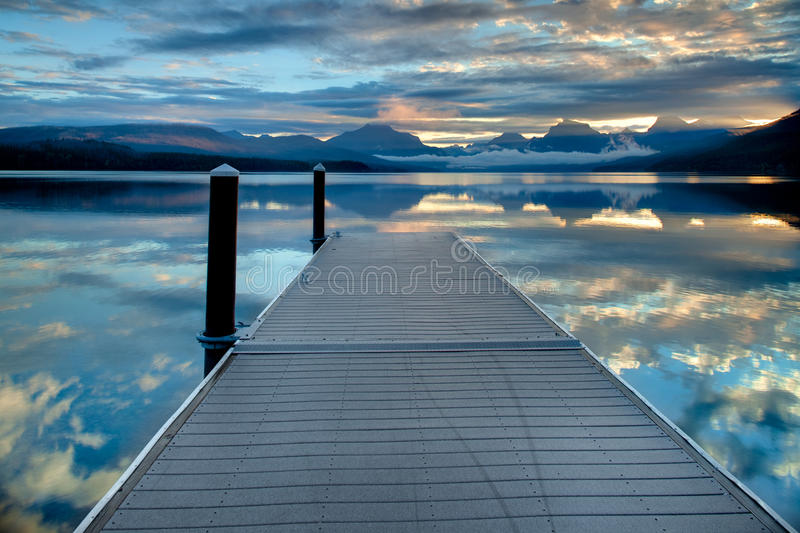 Dock sur le lac McDonald en parc national de glacier, Montana, Etats-Unis photographie stock libre de droits
