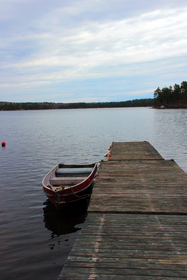Dock tranquille sur le lac des bois photos libres de droits