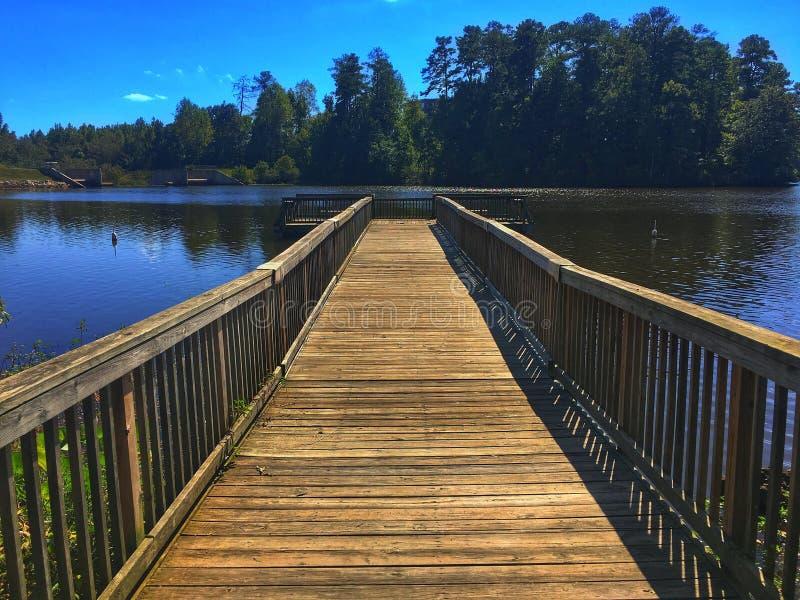 Dock vers le petit lac images stock