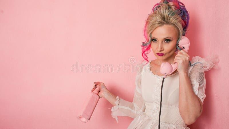 Dockafördjupning Kall ung kvinna med kulört hår arkivfoton