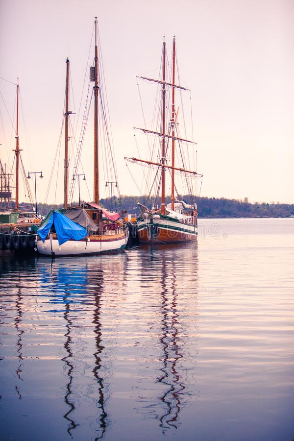 Docked seglar fartyg härbärgerar vågor för oslo reflexionsvatten arkivbilder