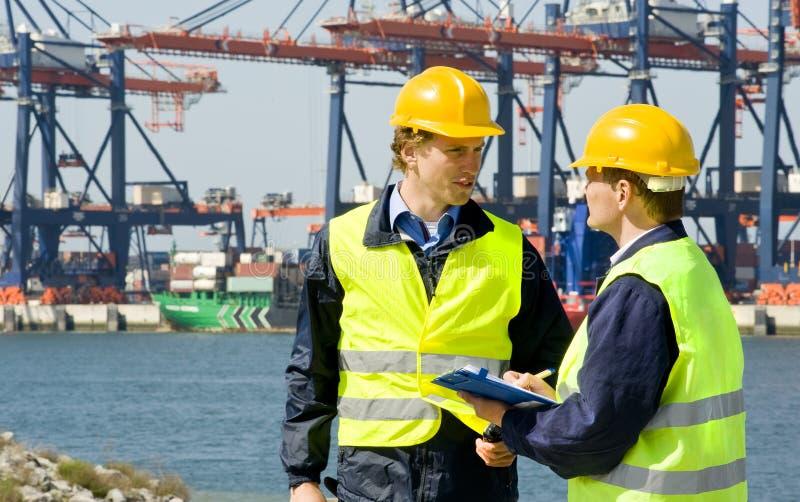 Dockers dans un port de conteneur images stock