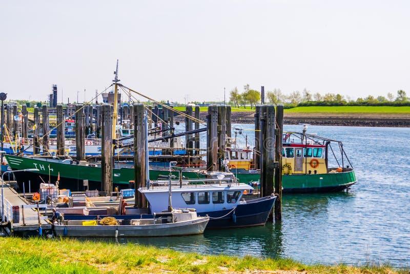 Dockingschiffe im Hafen von Tholen, Bergse diepsluis, oosterschelde, zeeland, The netherlands, 22 april, 2019 lizenzfreie stockbilder