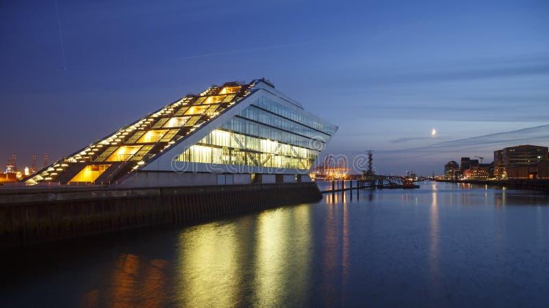 Dockland de Hamburgo en la noche imagen de archivo