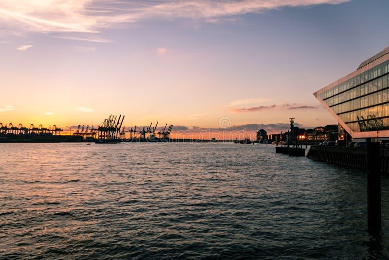 Docklandgebäude nahe Altona bei Sonnenuntergang stockfoto