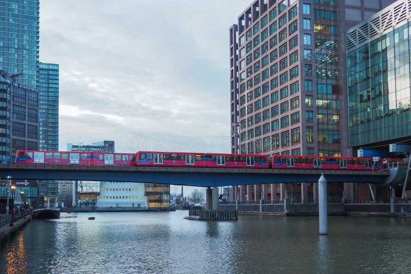 Docklands Light Railway DLR-trein op Canary Wharf zakendistrict, Londen royalty-vrije stock foto's