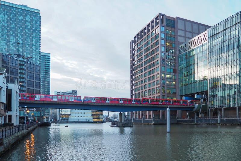 Docklands Light Railway DLR-trein op Canary Wharf zakendistrict, Londen stock foto