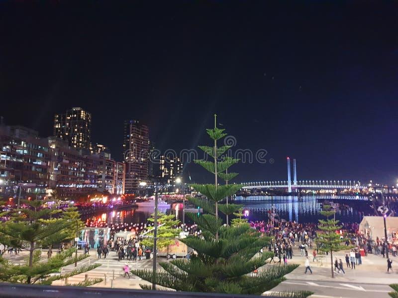 Docklands Melbourne während des Feuerlichtfestivals lizenzfreie stockfotos