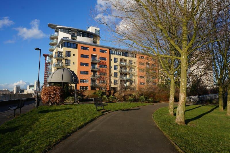 Docklands riva del fiume ed appartamenti di Londra immagine stock libera da diritti