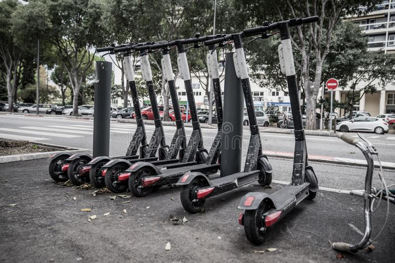 Dockless Electric Scooters op de Sidewalk royalty-vrije stock afbeeldingen