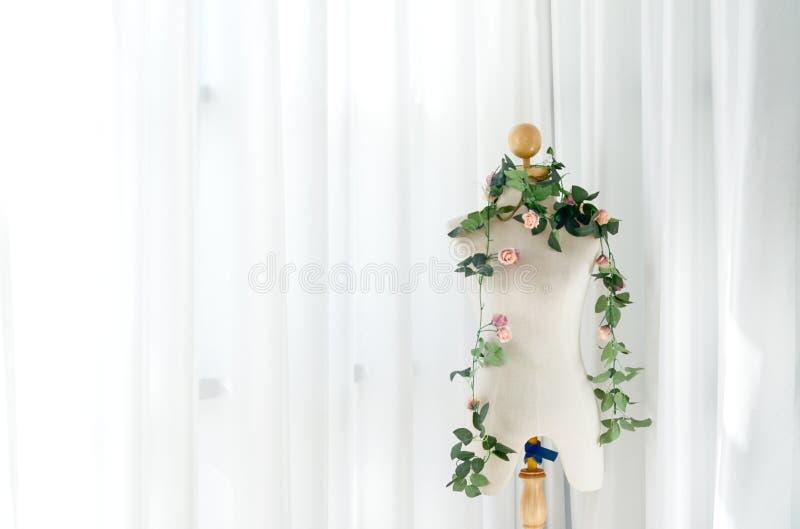 Dockor försöker vita skjortor i rummet royaltyfri fotografi