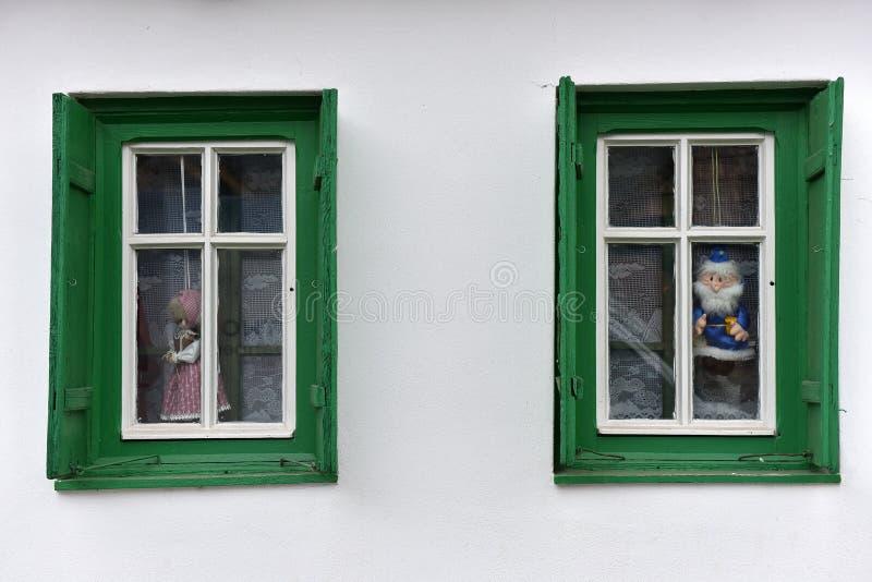 Download Dockor I Fönstret I Ett Byhus Arkivfoto - Bild av detalj, turism: 78732006