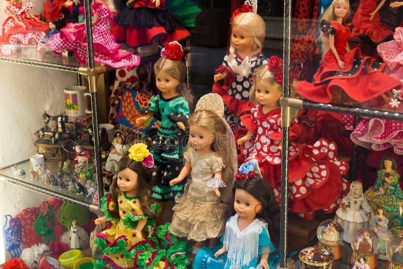 Dockor i klänningar för flamencodans, souvenir i shoppar i Spanien royaltyfria foton
