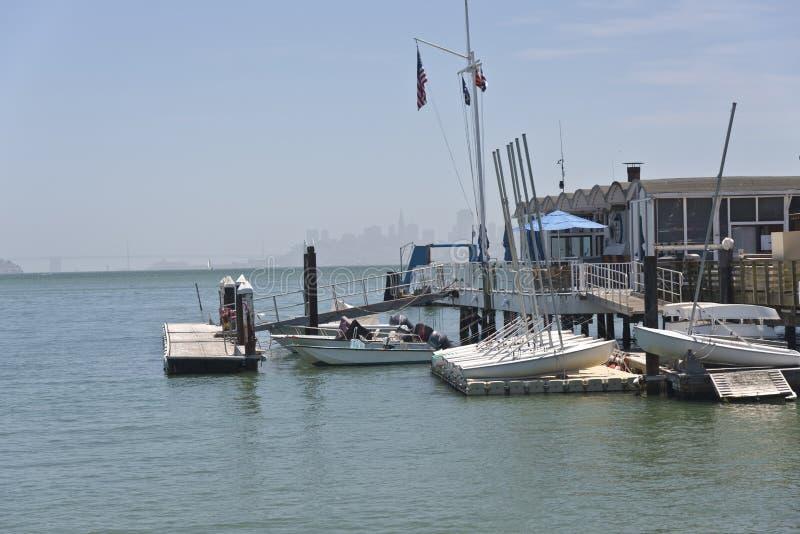 Docks de restaurant et de bateaux dans Sausalito la Californie photos libres de droits