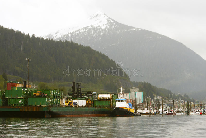 Docks industriels par la montagne de l'Alaska photo stock