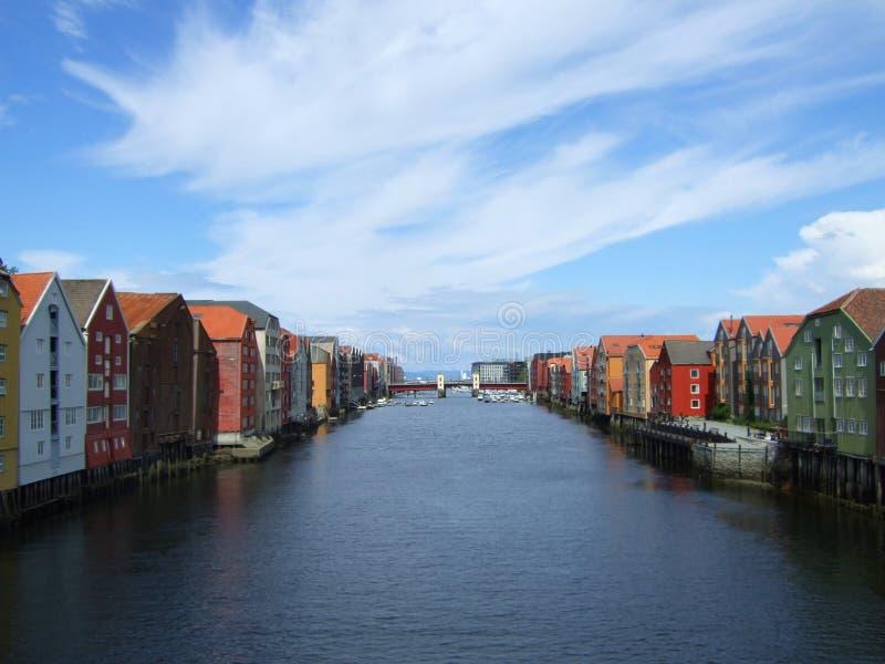 Docks par le fleuve photos stock