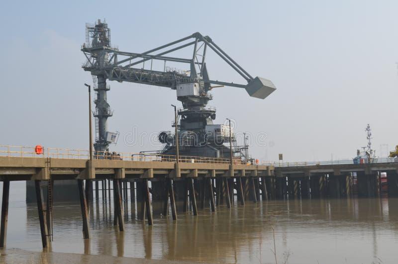 Dockside żurawie wzdłuż Tilbury w Essex obrazy stock