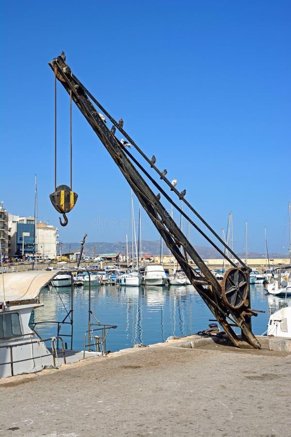 Docksidekran in Iraklio-Hafen lizenzfreies stockbild
