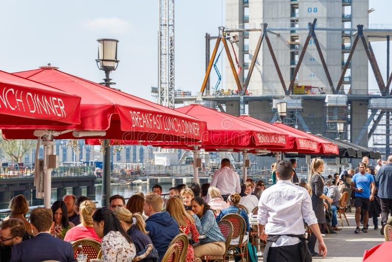 Docksiderestaurant in Canary Wharf verpackte mit Leuten stockfotografie