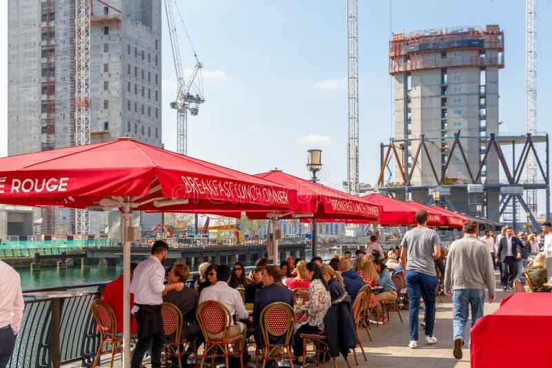 Docksiderestaurant in Canary Wharf verpackte mit Leuten lizenzfreie stockbilder