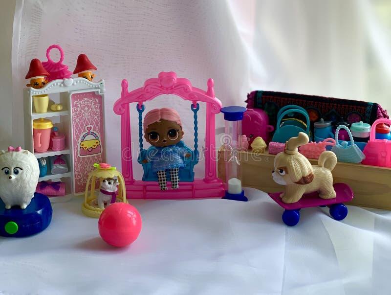 Dockskåp leksakinre Mini- dockor, leksaker för flickor royaltyfri fotografi