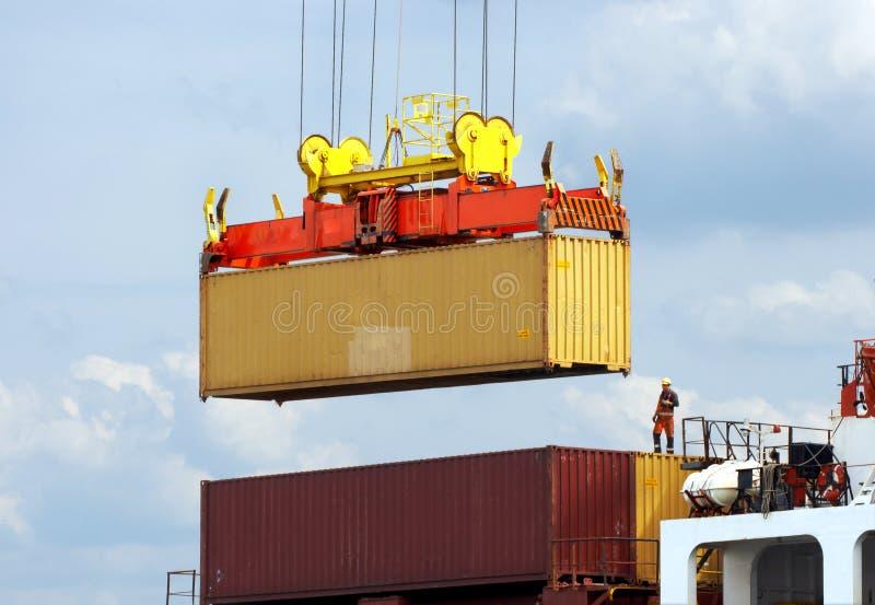 Dockworker sur le navire porte-conteneurs images libres de droits
