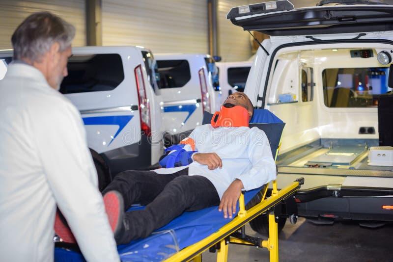 Docter que remove a ambulância do paciente na maca imagens de stock royalty free