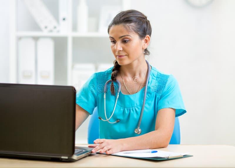 Download Docteur à L'aide De L'ordinateur Portable Photo stock - Image du moderne, documents: 45363974