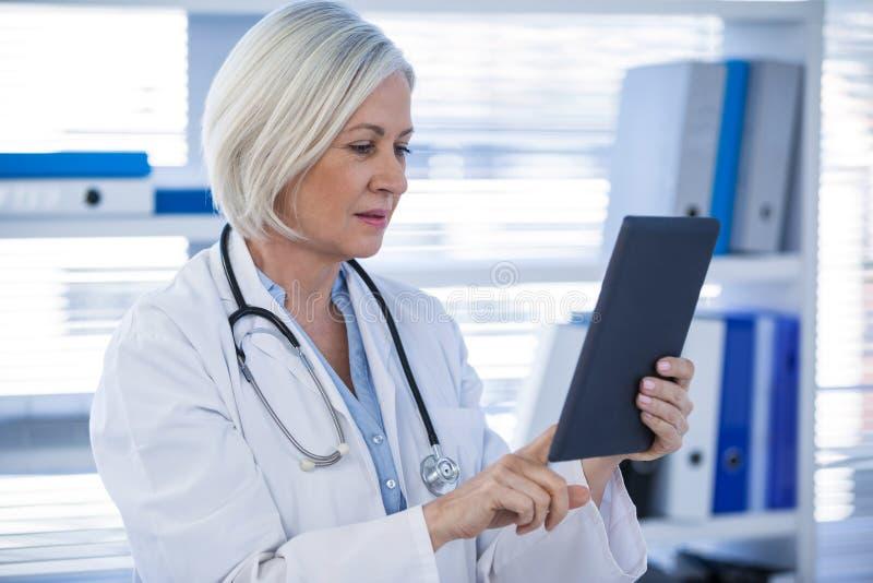 Docteur à l'aide de la tablette digitale images libres de droits