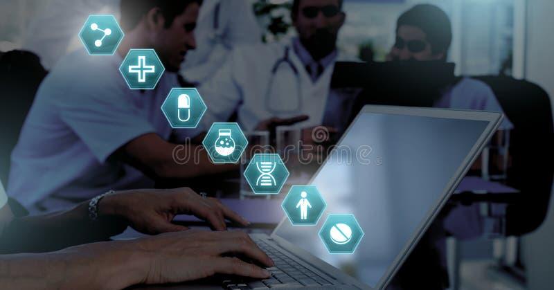 Docteur à l'aide de l'ordinateur portable avec les icônes médicales d'hexagone d'interface image libre de droits
