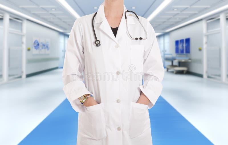 Docteur à l'hôpital c photos libres de droits