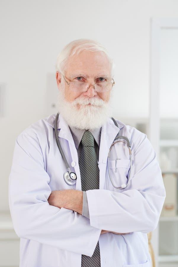 Docteur âgé sûr images libres de droits