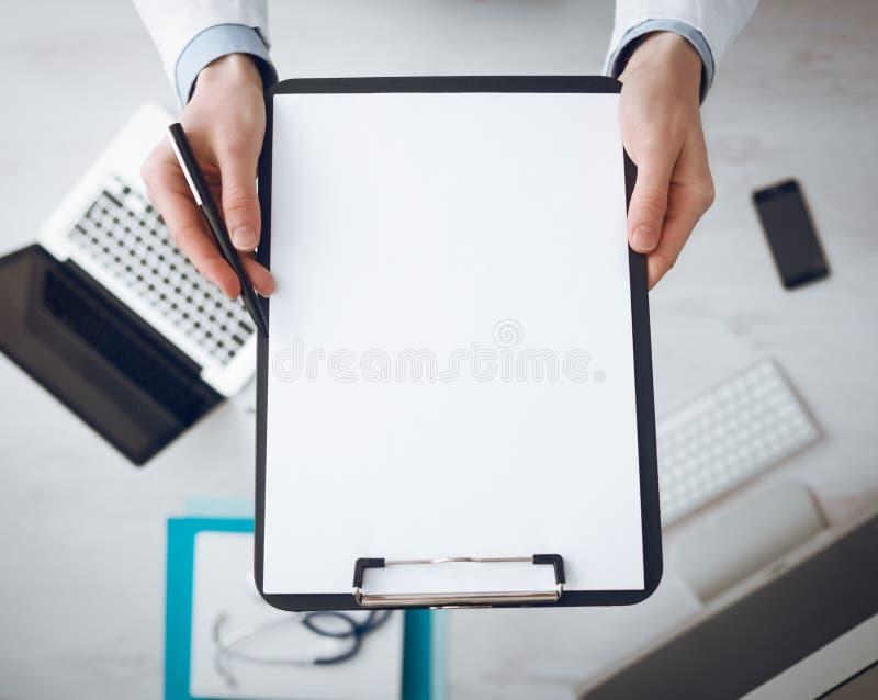 Docteur écrivant une prescription image stock