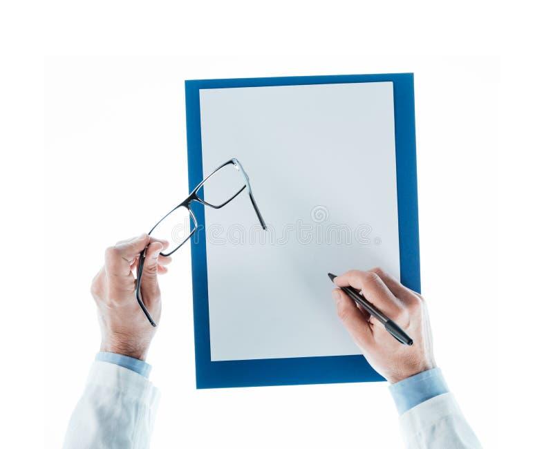 Docteur écrivant une prescription photographie stock libre de droits
