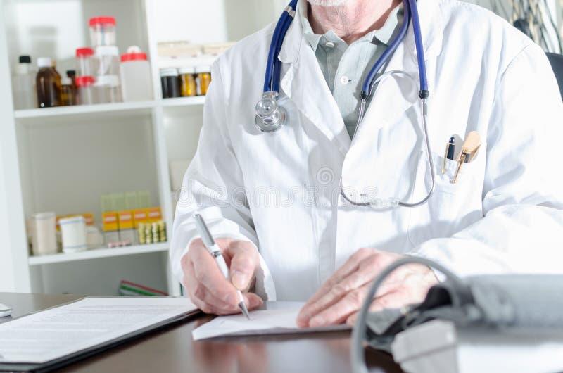 Docteur écrivant une prescription photo libre de droits