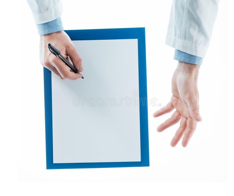 Docteur écrivant une prescription photographie stock