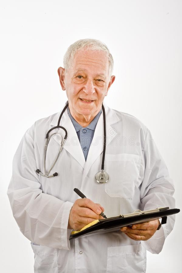 Docteur écrivant une prescription photo stock