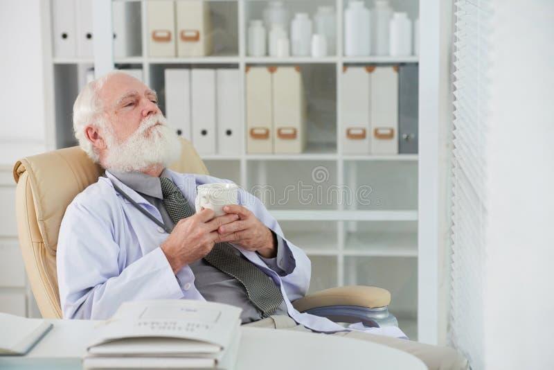 Docteur épuisé image stock