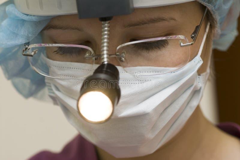 Docteur évaluant le patient. photo stock