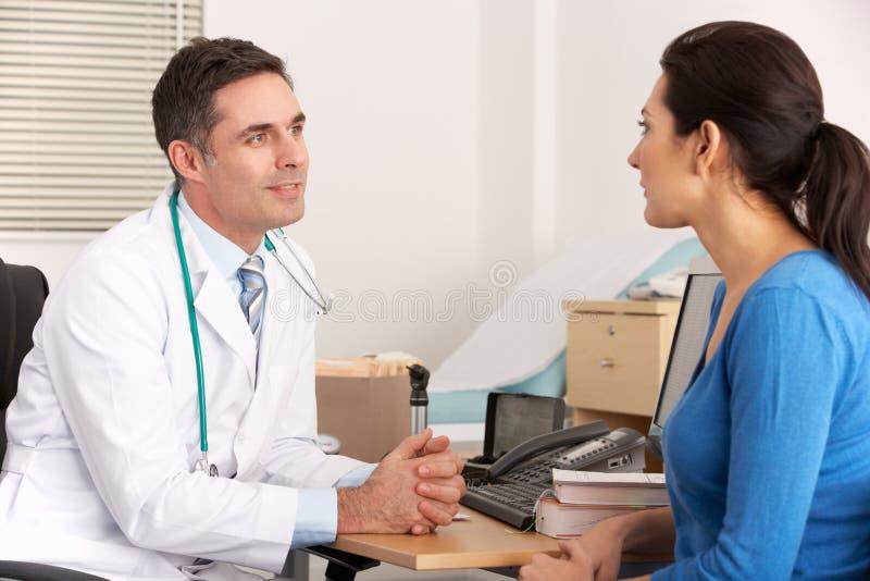 Docteur américain parlant à la femme dans la chirurgie photos stock