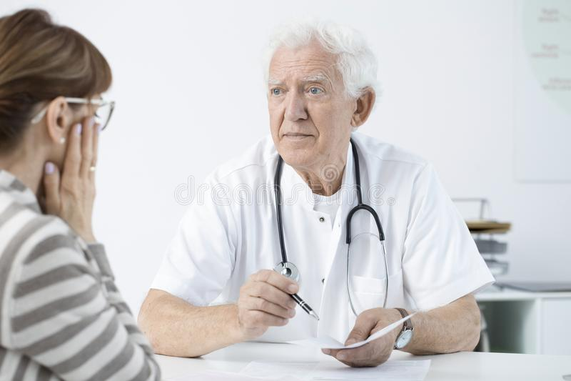 Docteur annonçant la mauvaise nouvelle images libres de droits