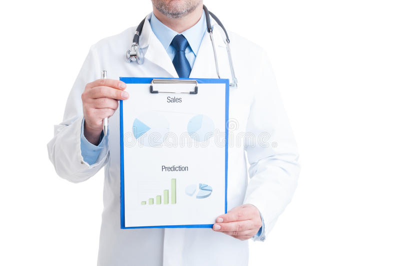 Docteur anonyme montrant les diagrammes médicaux image stock