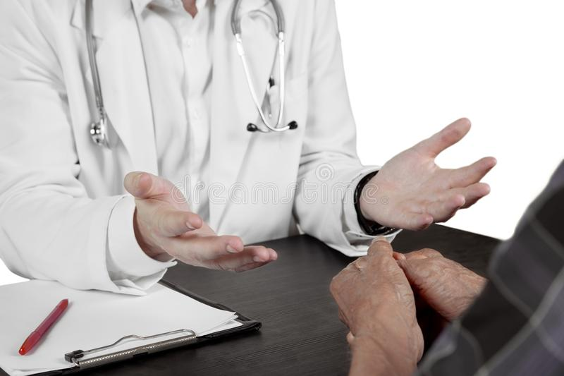 Docteur anonyme parlant avec le patient plus âgé photos libres de droits