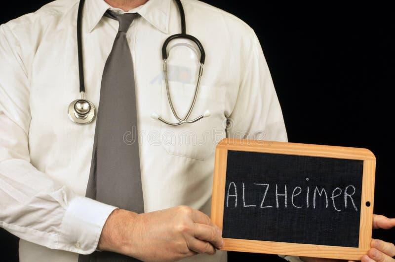 Docteur anonyme tenant une ardoise d'école sur ce qui est écrit Alzheimer illustration stock